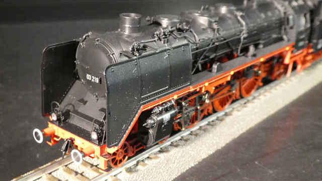 Dampflokomotive mit Schlepptender BR 03 der DB