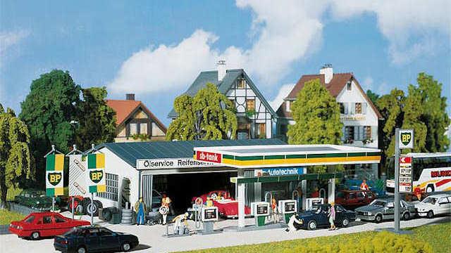 Tankstelle mit Servicegebäude