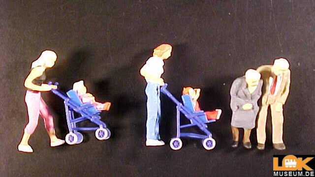 Mütter Kinder im Kinderwagen Großeltern