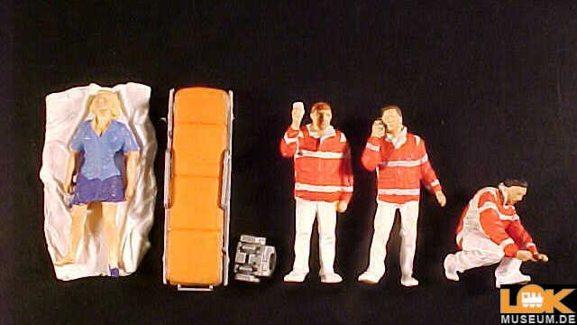 Sanitäter und Verletzte auf Decke