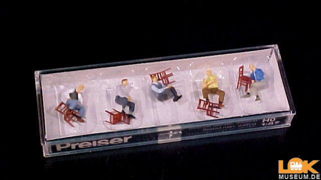 Sitzende Männer wartend