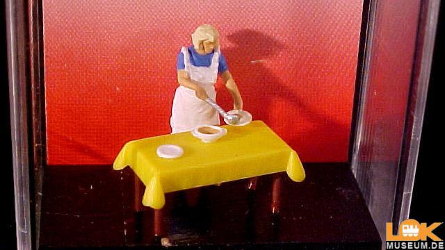 Hausfrau am Tisch mit Essen