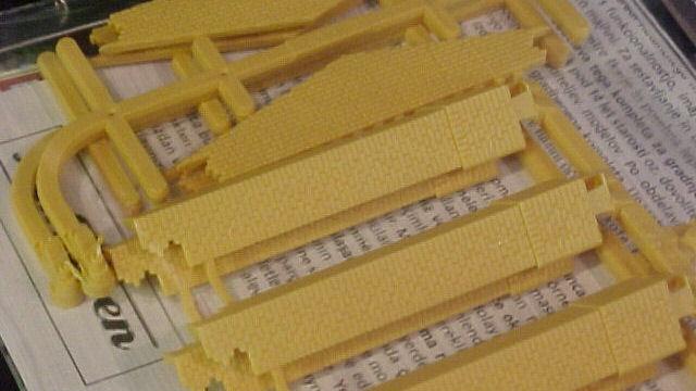 Giebel klein und Ecksäulen kurz gelb