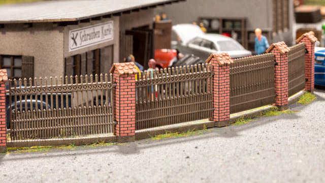 Zaun mit gemauerten Säulen