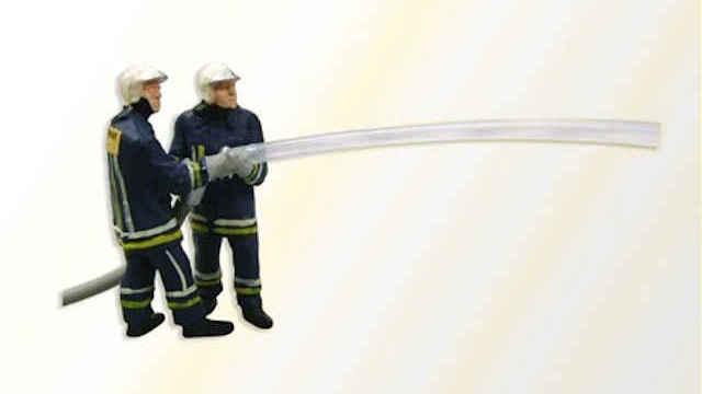 Feuerwehrmänner beim Löschangriff