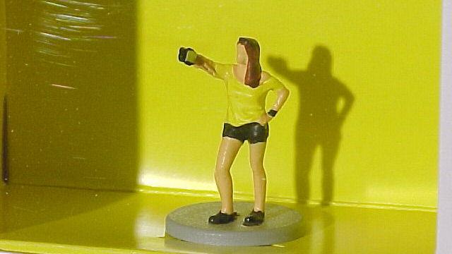 Viessmann H0 1551 Frau schießt Selfie mit Blitzlicht